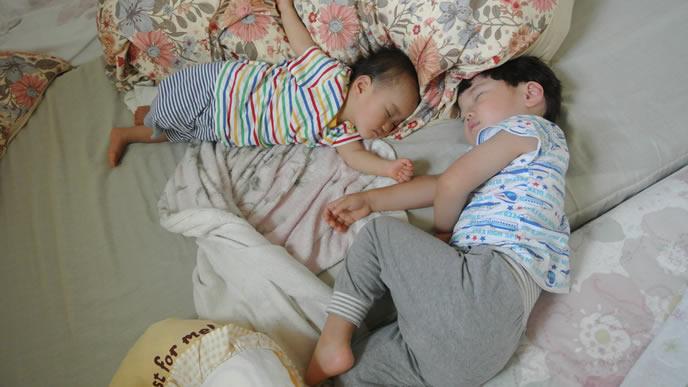 お兄ちゃんが大好きで一緒に寝る赤ちゃん