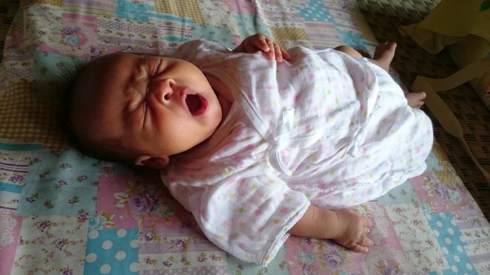 大きく口を開けあくびをする赤ちゃん