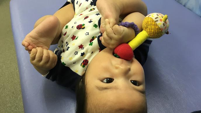 夜遅くまでおもちゃで遊ぶ赤ちゃん