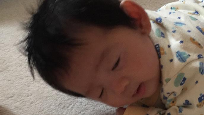 眠い中ママにはいはいで近づく赤ちゃん