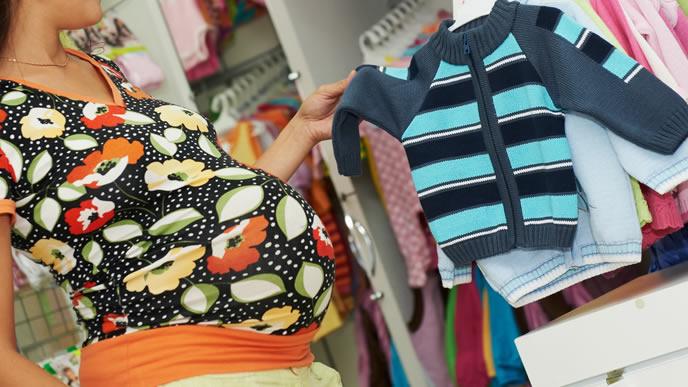 生まれてくる赤ちゃんが着るベビー服を探すママ