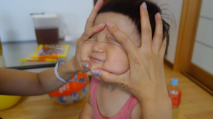 夜泣きした赤ちゃんをあやすママ