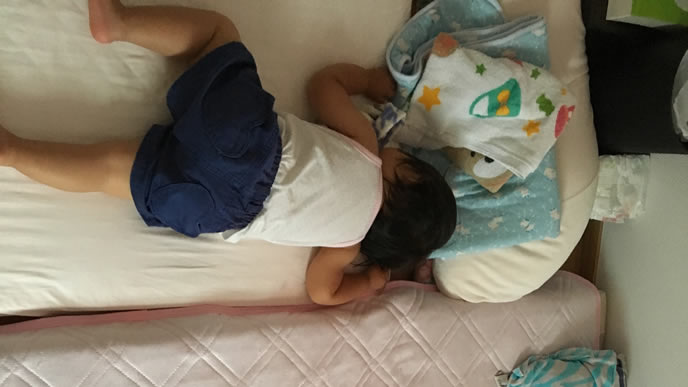 うつ伏せで寝る男の子