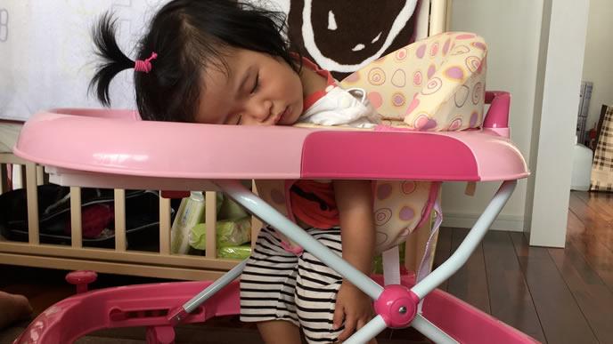 歩行器で移動中に寝落ちした女の子