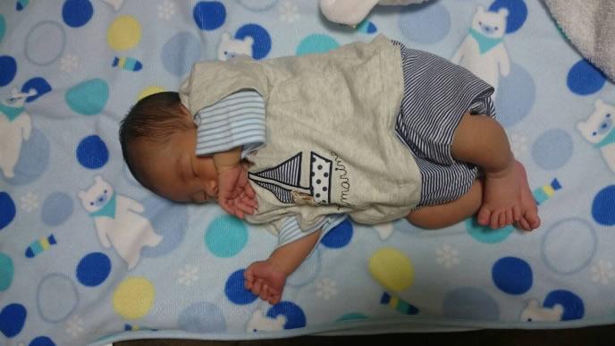 自宅の毛布の上で眠る新生児