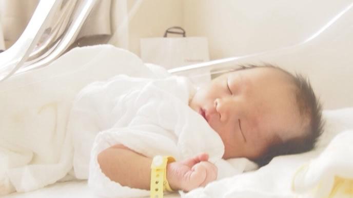 保育器の中に入れられた赤ちゃん
