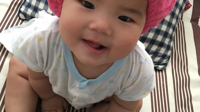 ママを見上げて笑顔になる赤ちゃん