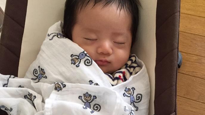 おくるみの中で寝る赤ちゃん