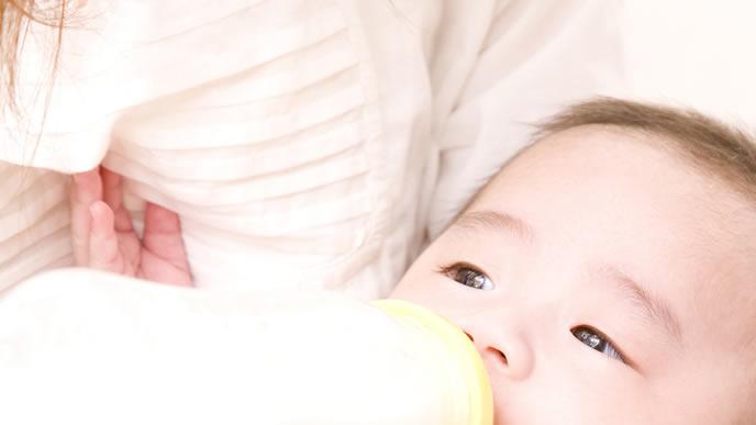 ママに抱っこされミルクを飲む赤ちゃん