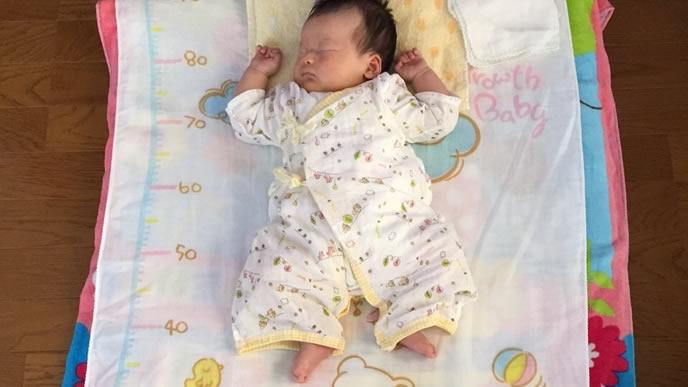 赤ちゃんの伸長を計れる布団で寝る赤ちゃん