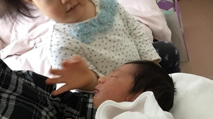新生児の赤ちゃんが気になるお姉ちゃん