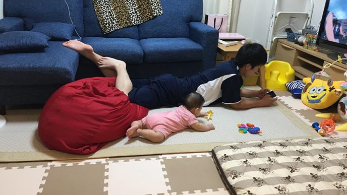 ハイハイでパパの背後を狙う赤ちゃん