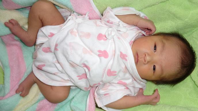 毛布に顔を突っ込みスヤスヤ眠る赤ちゃん