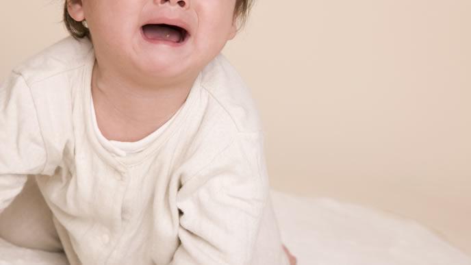 病院へ向かう車の中でギャン泣きしている赤ちゃん