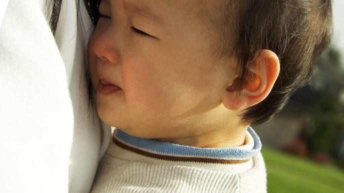咳を止めるための注射を見つめる赤ちゃん