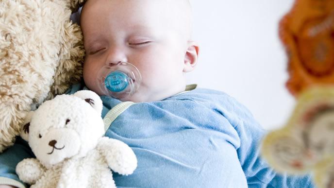 咳を止めるために診察を受ける赤ちゃん