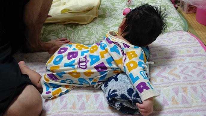 寝返りしながらコンコン咳をする赤ちゃん