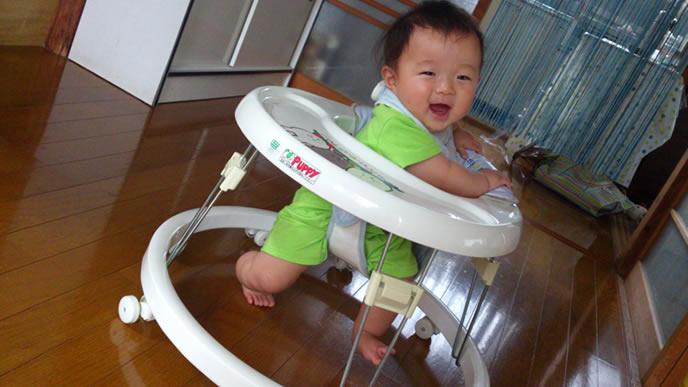 歩行器で歩く練習をする赤ちゃん