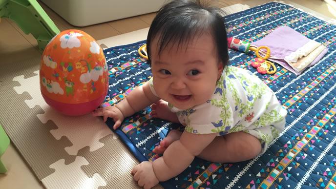 お座りからたっちに挑戦する赤ちゃん