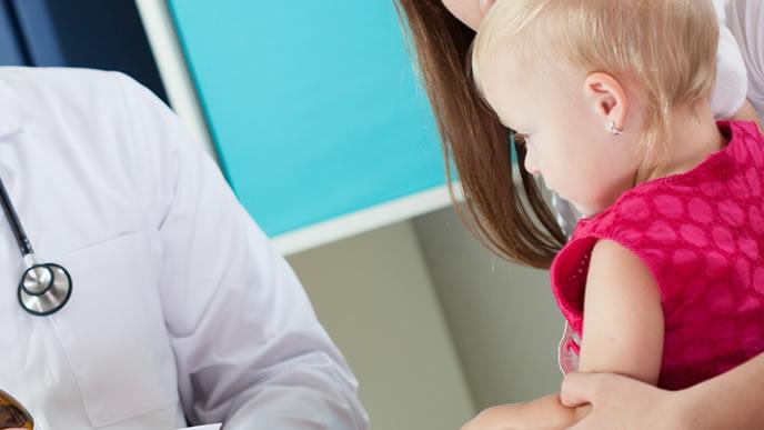 小児科で診察を受ける赤ちゃん