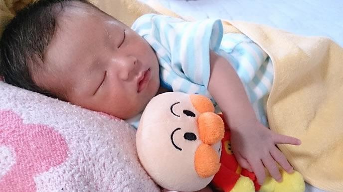 大好きなアンパンマンのぬいぐるみを抱っこして寝る赤ちゃん