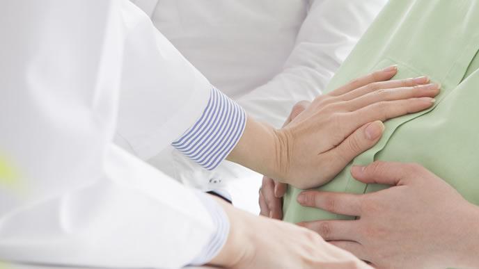 産婦人科で妊婦検診を受けるママ