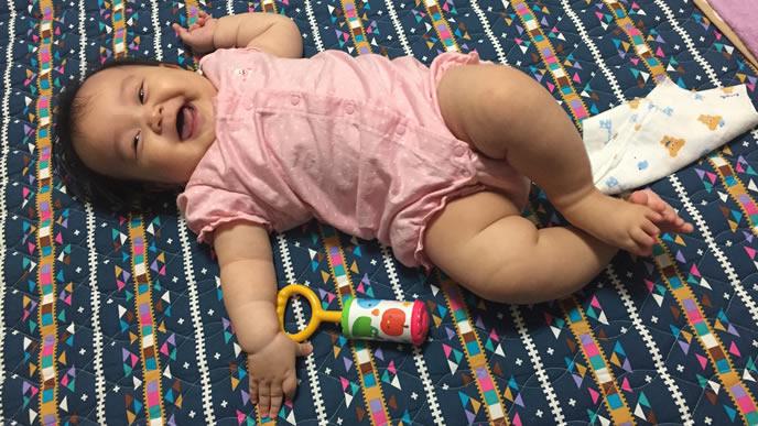 満面の笑みでママを見つめる赤ちゃん
