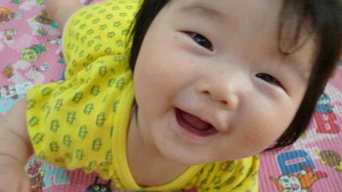 笑顔でママに近寄る赤ちゃん