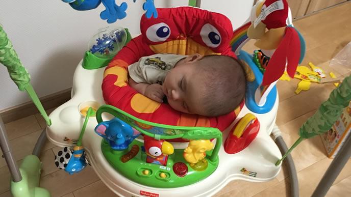 遊び疲れて寝落ちする赤ちゃん
