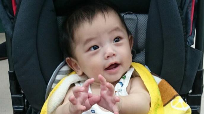 手から気を出しママを見つめる赤ちゃん