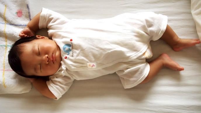 頭を少し高くしてげっぷを促される赤ちゃん