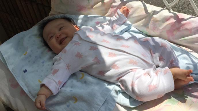 ママを見つめて笑顔になる赤ちゃん
