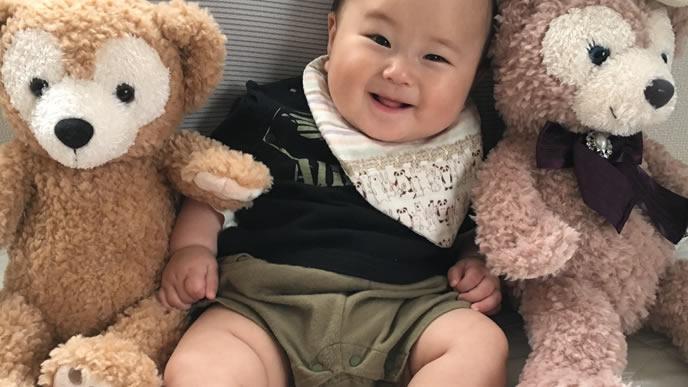 大好きなぬいぐるみに囲まれて笑顔になる赤ちゃん