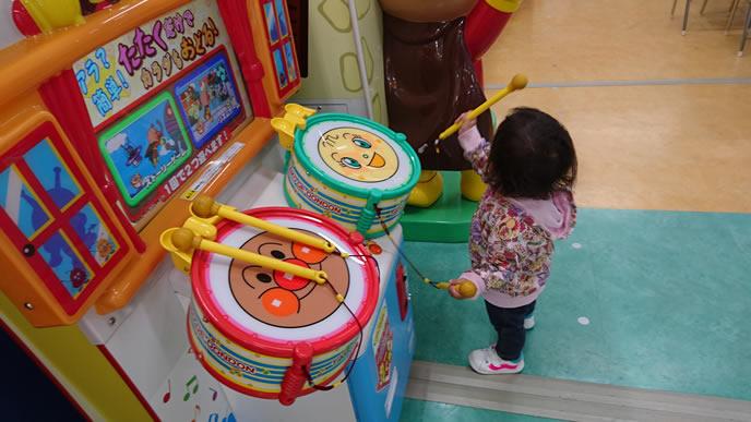 ゲームセンターの遊具で遊ぶ女の子