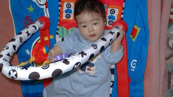トンネル風のメリーで遊ぶ赤ちゃん