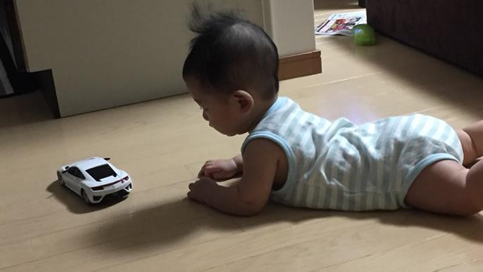 ラジコンで一人遊びをする赤ちゃん