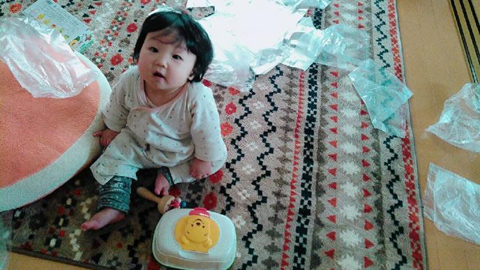 ビニール袋を引っ張って遊ぶ赤ちゃん
