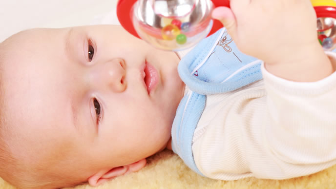 音のなるにぎにぎに興味を惹かれる赤ちゃん