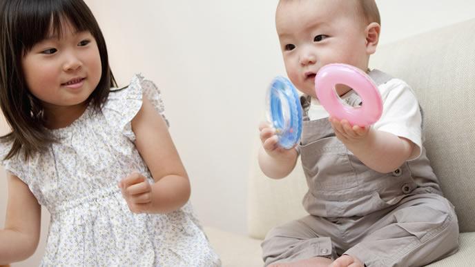 ママとお姉ちゃんににぎにぎを見せる赤ちゃん