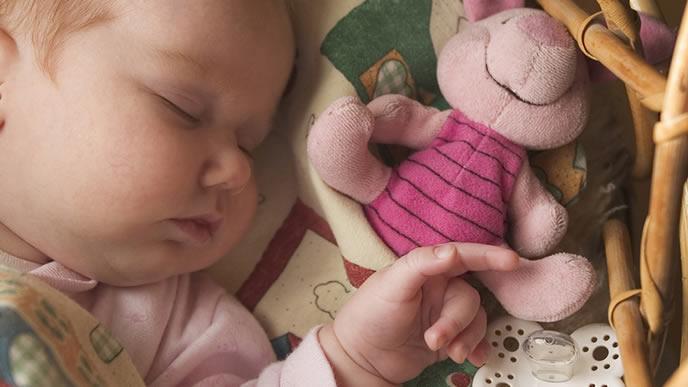 赤ちゃんの枕元に置かれたうさぎのにぎにぎ