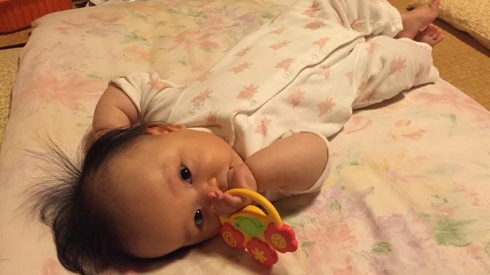 歯がためにもなるにぎにぎがお気に入りの赤ちゃん