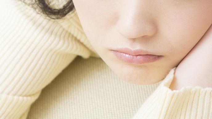 生理周期が安定せず考え込む女性