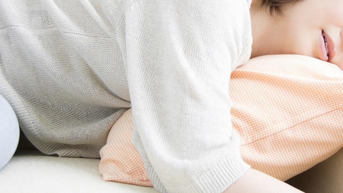 妊娠初期のつわりに苦しむ女性