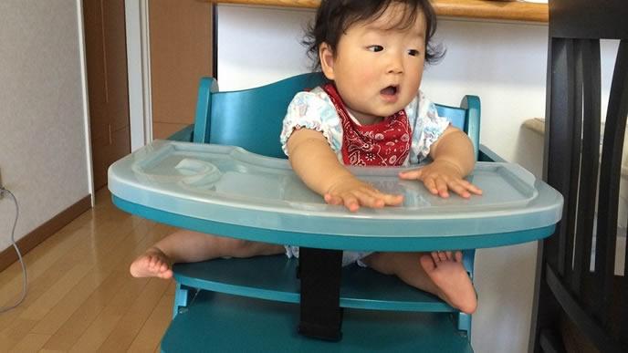 離乳食を催促する赤ちゃん