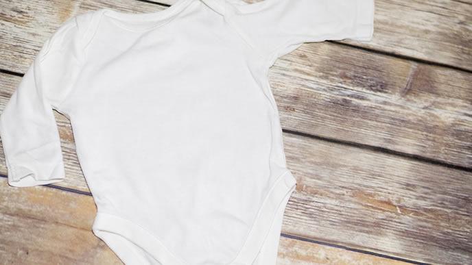 新生児の赤ちゃんのために用意されたロンパース