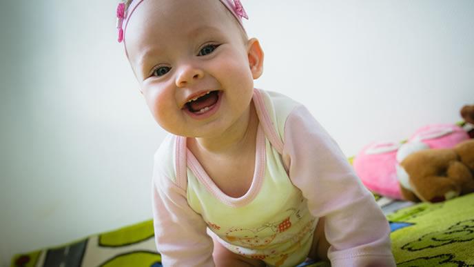 可愛い2wayオールを着た赤ちゃん