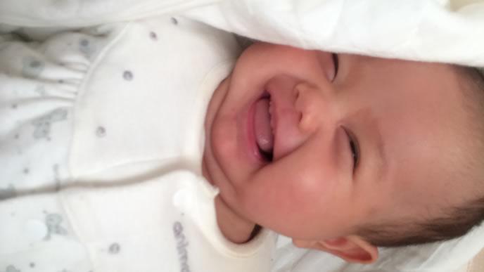 新生児微笑を見せる新生児の赤ちゃん