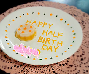 野菜ペーストで書かれた離乳食ケーキの画像
