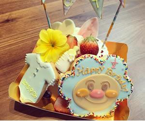 赤ちゃんのために用意されたハーフバースデーケーキの画像