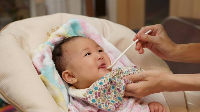 離乳食のケーキを食べる赤ちゃん